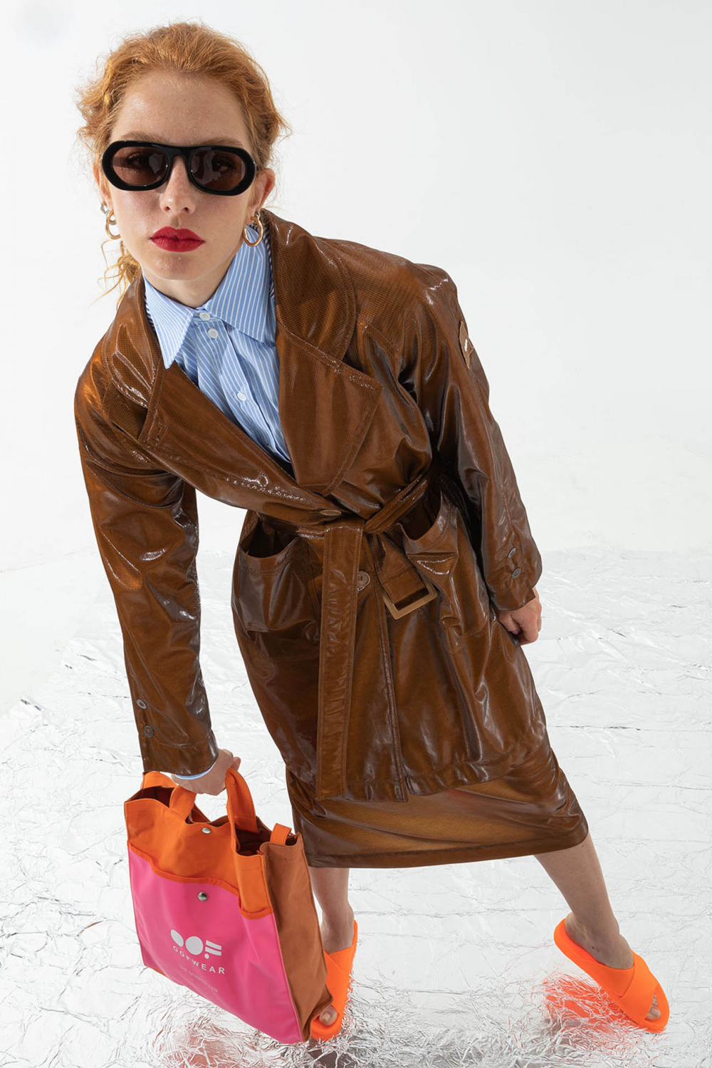 Women's waterproof trench coat with belt in glossy tobacco
